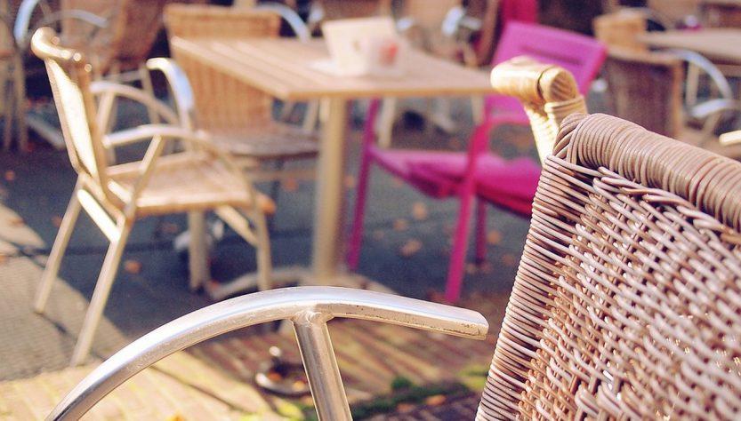 Krzesła rattanowe do ogrodu